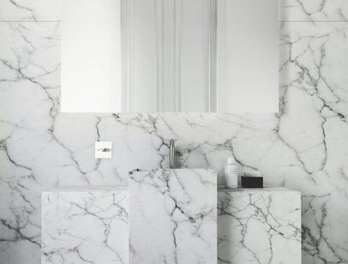 Witte badkamer met marmer door interieur ontwerpster Katty Shiebeck