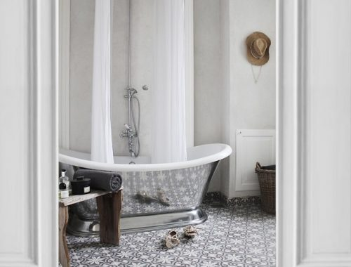 Witte badkamer met Portugese tegels