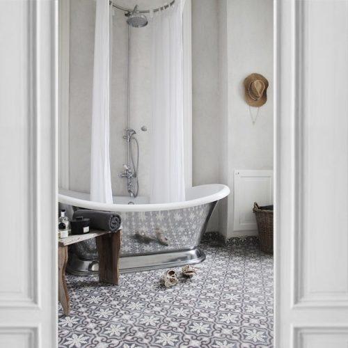 Badkamers voorbeelden witte badkamer - Tegel patroon badkamer ...
