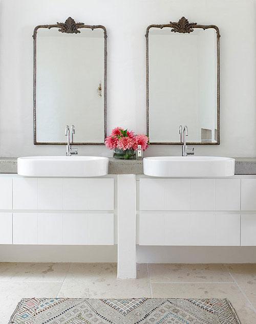 Witte badkamer van strandhuis in Australië