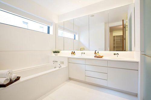 Witte badkamer met veel opbergruimte