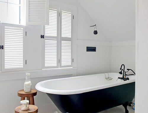 Witte badkamer met vintage industriële stijl