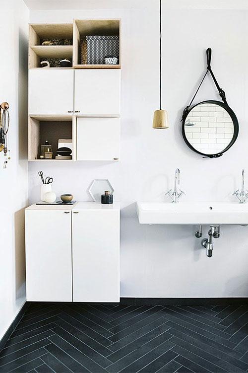 Witte badkamer met zwarte vloer