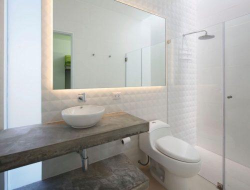 Witte designtegels en betonnen werkblad