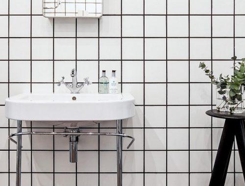 Betonvloer en witte vierkante tegels