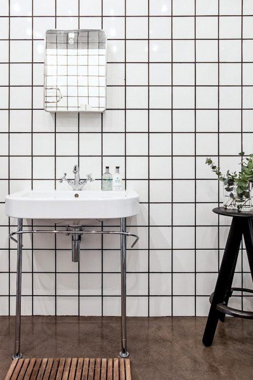 betonvloer en witte vierkante tegels badkamers voorbeelden