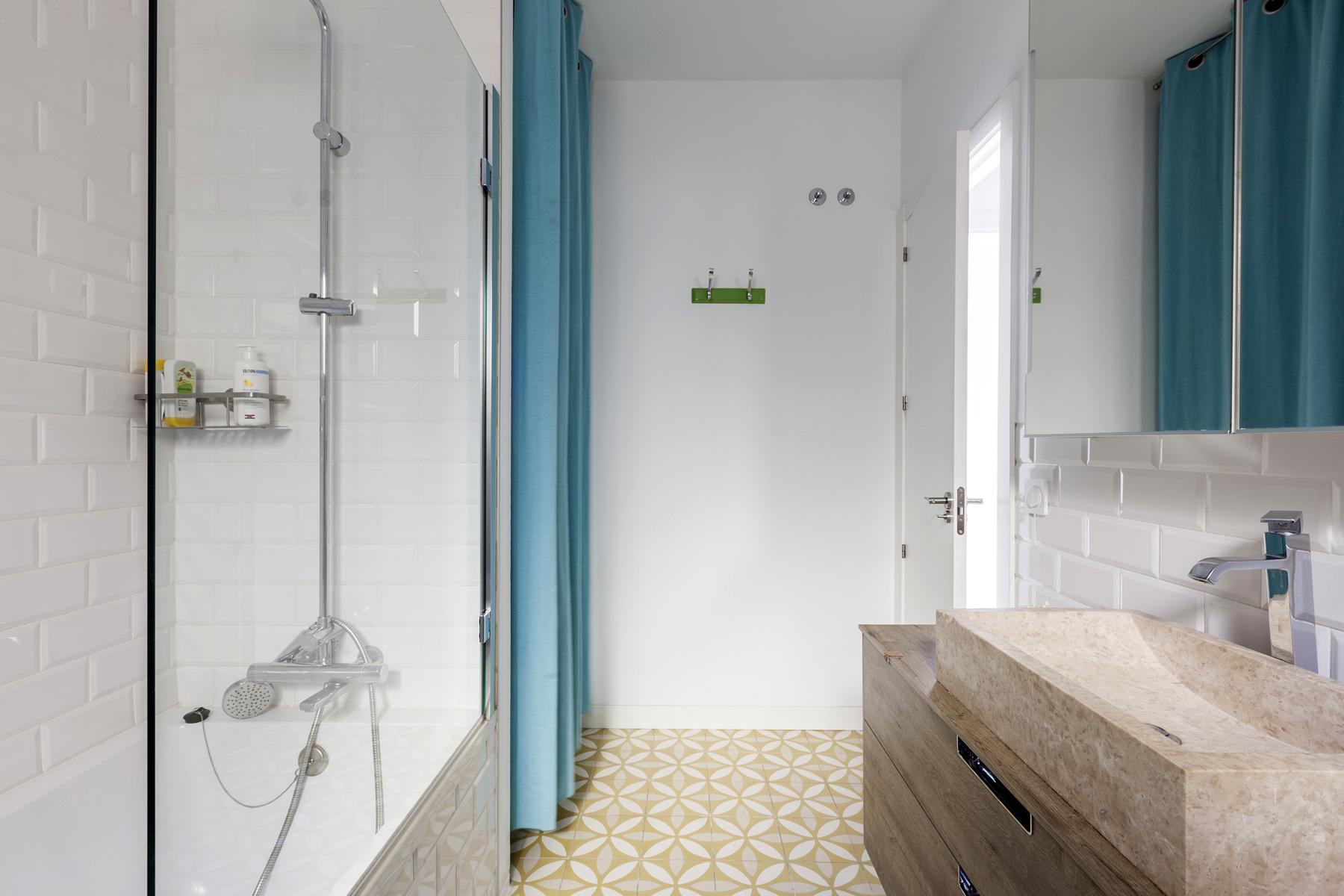 Zomerse vintage badkamer in Barcelona