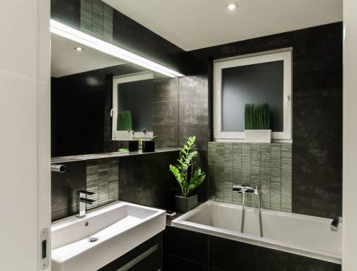 Zwart wit badkamer met groene planten