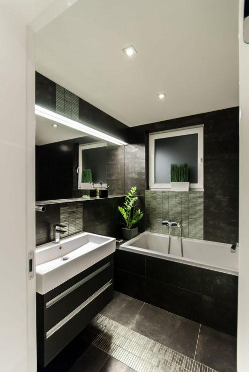 Badkamers voorbeelden » Zwart wit badkamer met groene planten