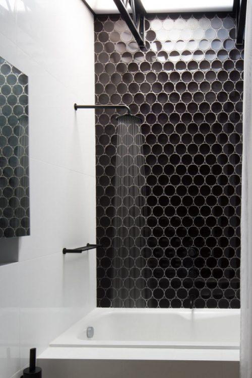 Badkamers voorbeelden » Zwart wit badkamer door OOF architecten
