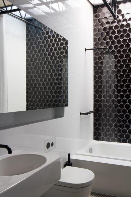 Zwart wit badkamer door OOF architecten