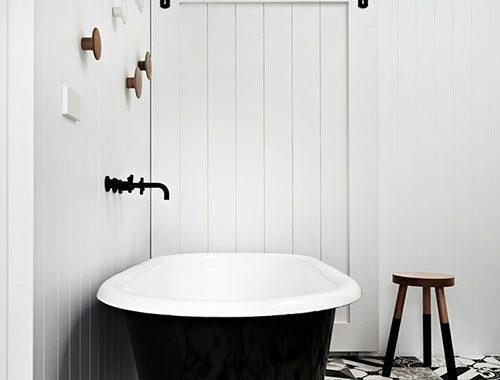 Zwart witte badkamer met schuifdeur