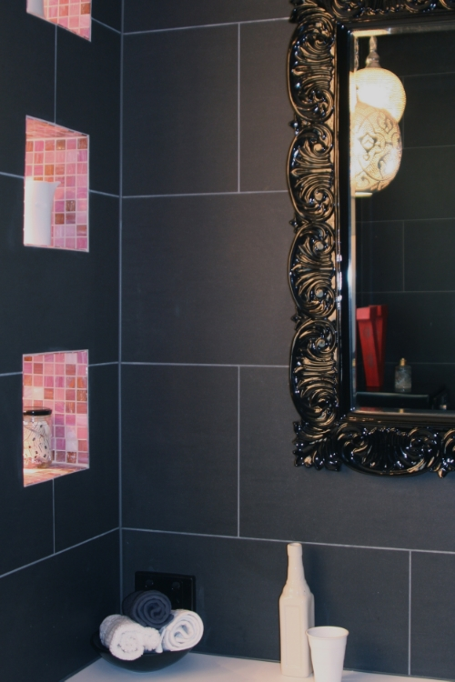 badkamer zwart meubel grijze tegels