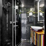 Zwarte badkamer met kleine mozaïek tegeltjes