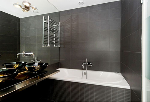 Zwarte badkamer naast slaapkamer