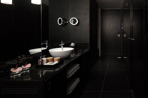 Zwarte badkamer van het Sir Alberts hotel in Amsterdam