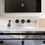 Zwarte kraan in badkamer