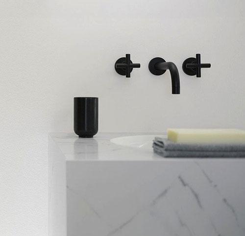 Badkamers voorbeelden    Zwarte kraan in badkamer