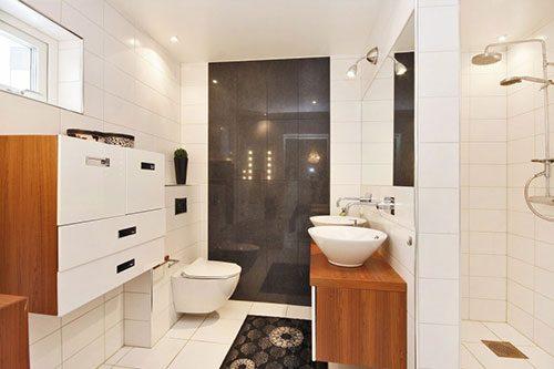 Zweedse badkamer met scheidingswand