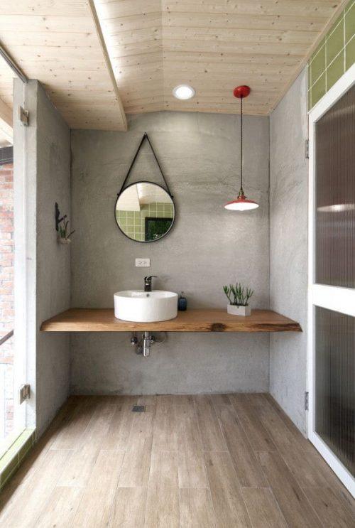 Zwevende houten werkbladen in badkamer